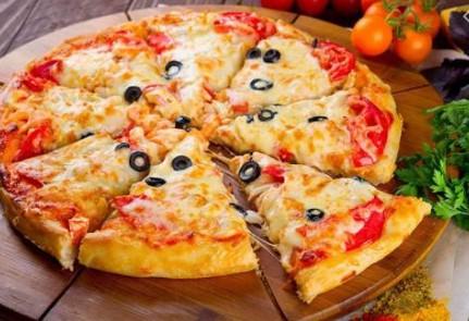 Pizza là một món ăn nhanh chwuas hàm lượng cao các thành phần không lành mạnh